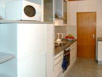 Modern ausgestattete Küche
