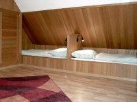 Schlafzimmer mit zwei Einzelbetten im Dachgeschoß