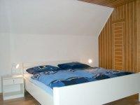 Schlafzimmer mit Doppelbett im Dachgeschoß